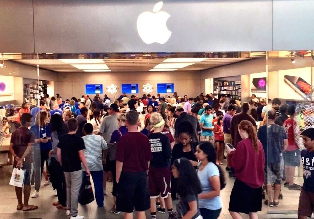 the-store-on-an-extremely-busy-iphone-6-launch